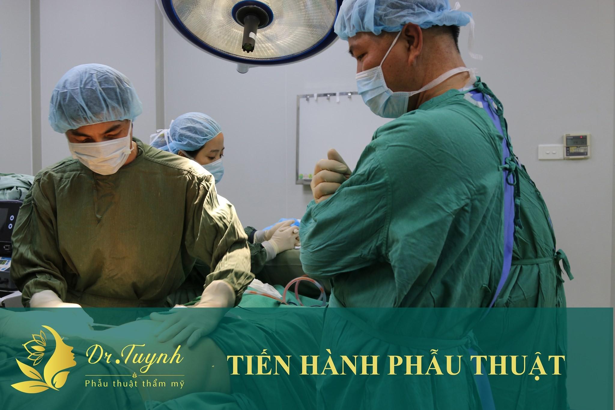 Bác sĩ Phan Tuynh cùng kíp mổ trực tiếp tạo hình thành bụng cho khách hàng